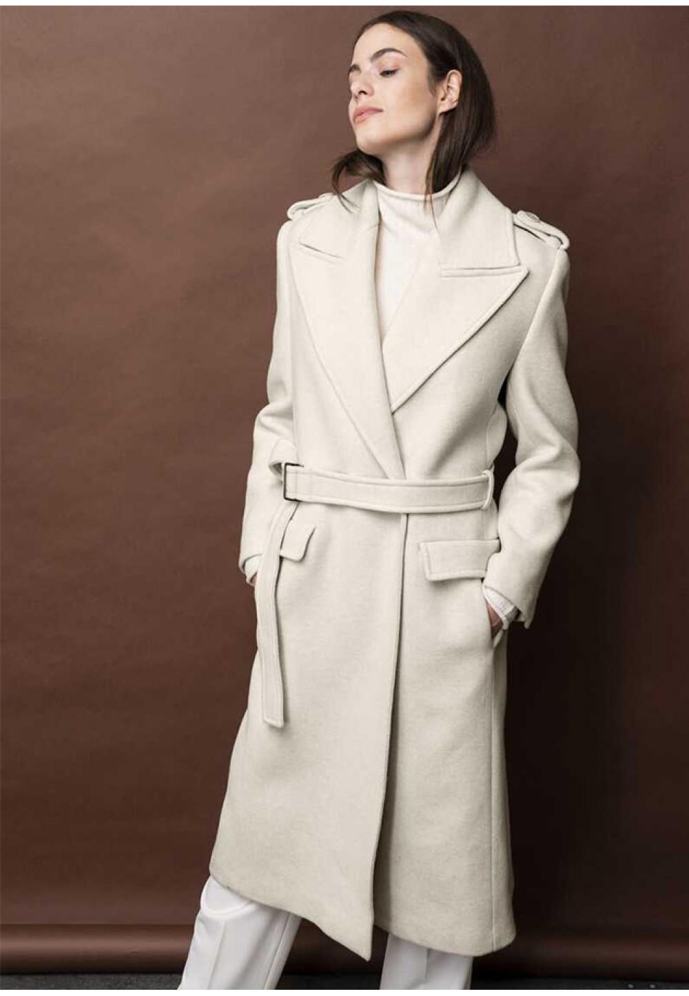 Классическое женское пальто бежевого цвета