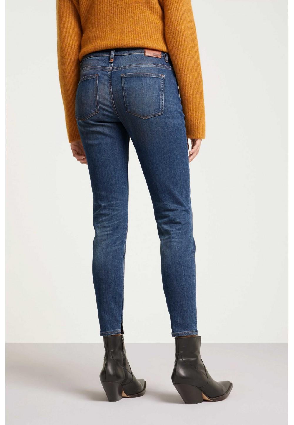 Зауженные джинсы с потертостями