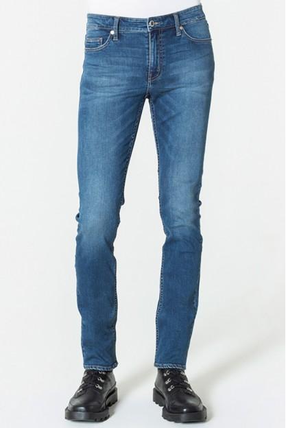 Зауженные голубые джинсы