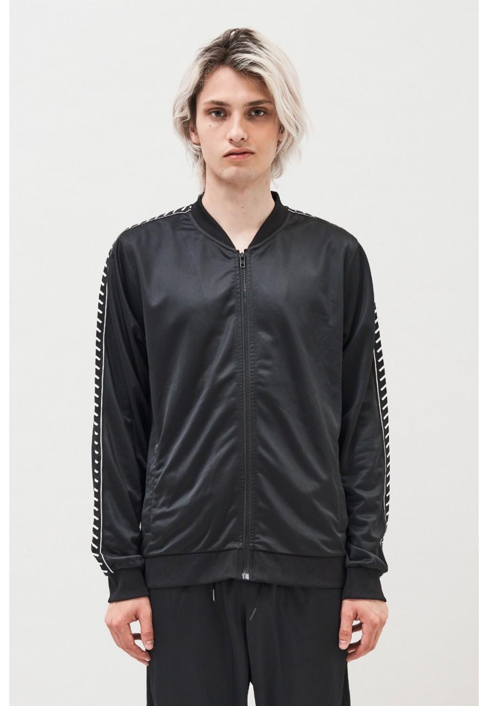 Спортивная черная куртка
