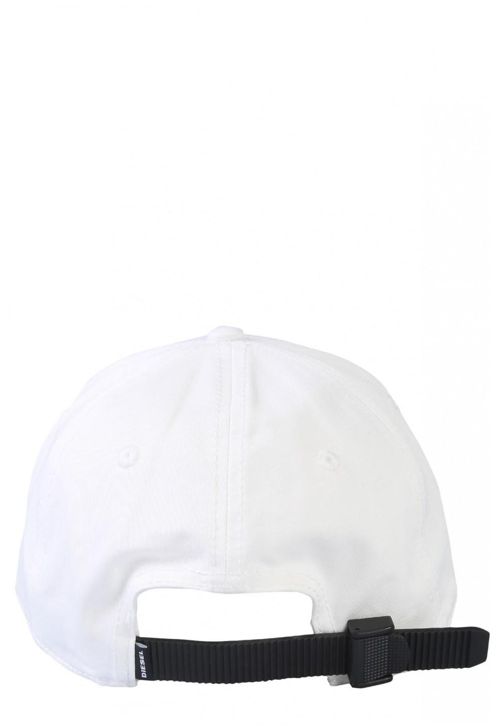 Белая бейсболка с надписью
