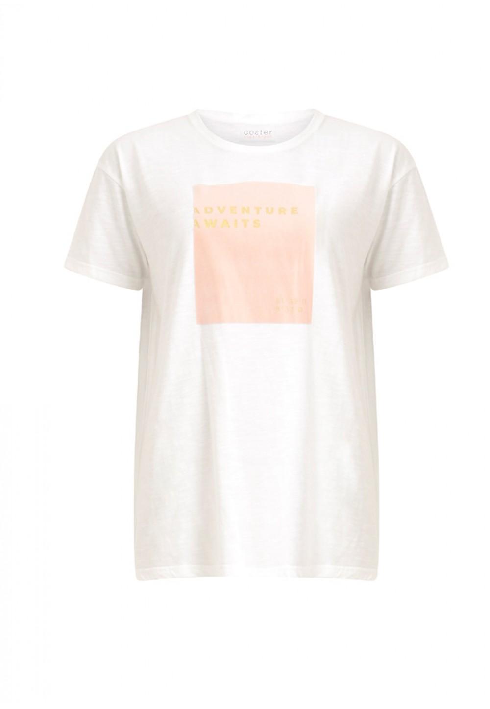 Белая футболка с розовым принтом