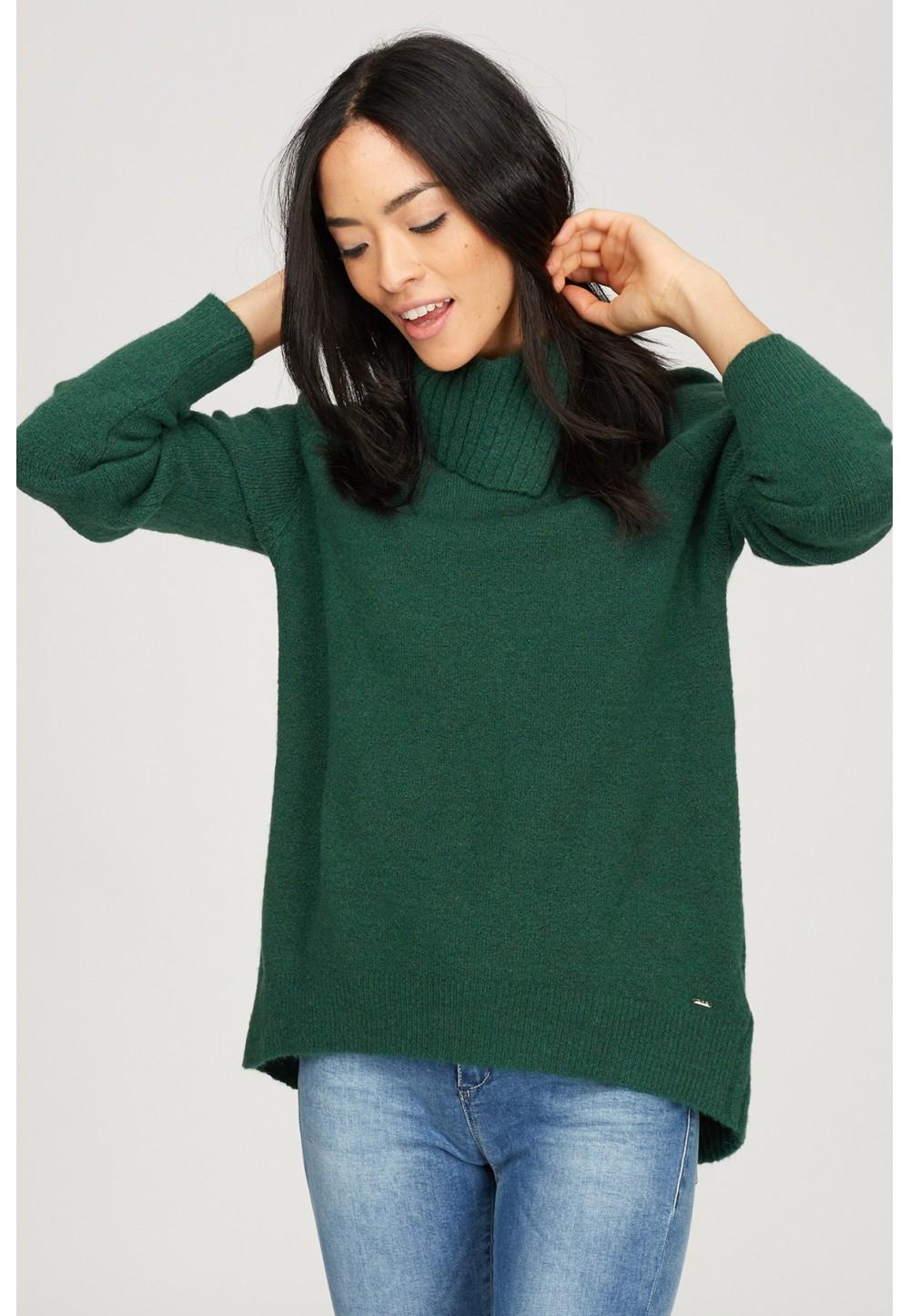 Зеленый свитер с высоким воротником