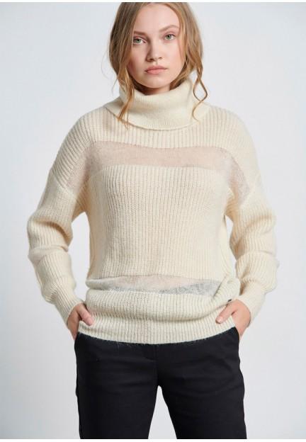Белый женский свитер с высокой горловиной