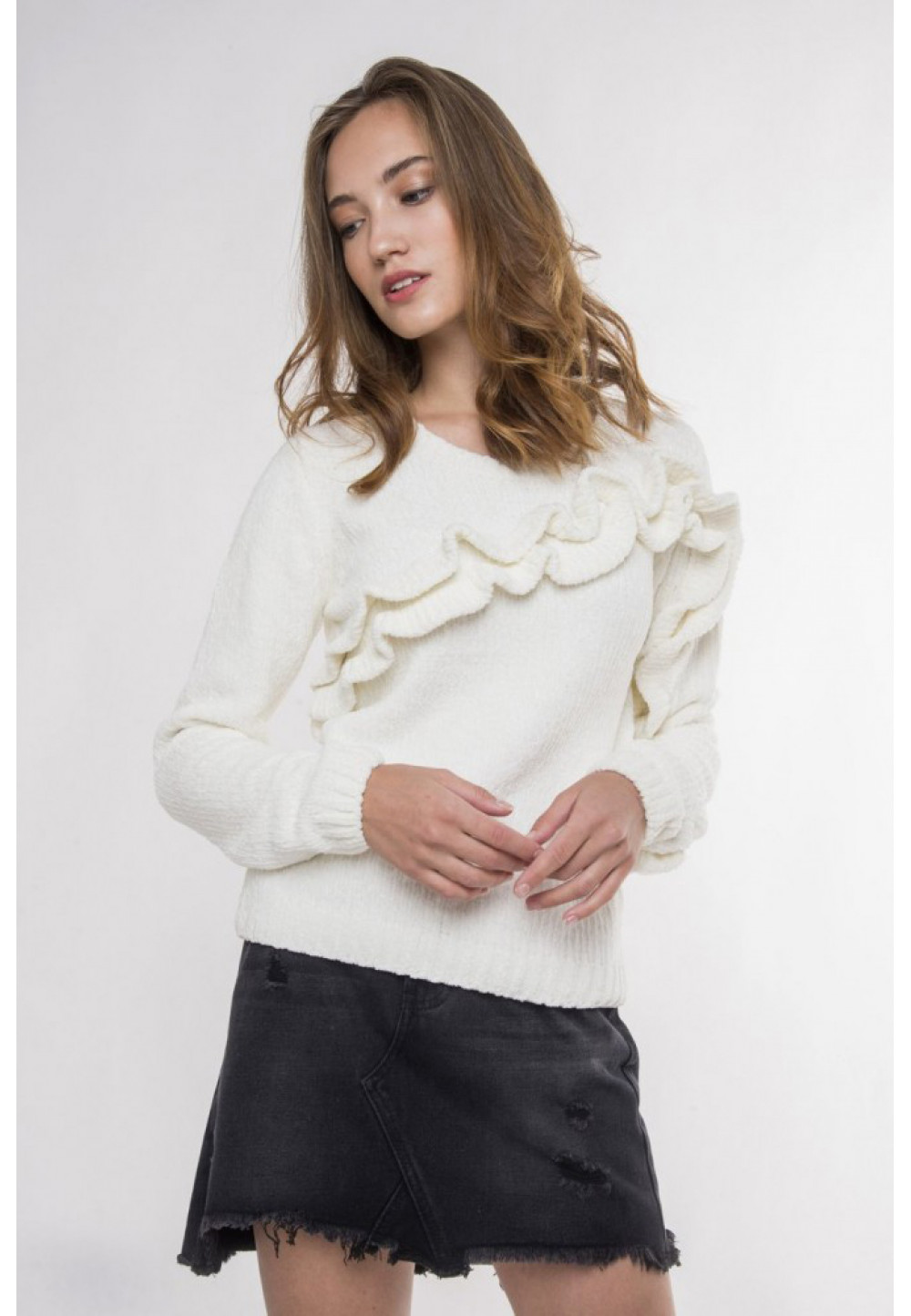 Белый пуловер с рюшами