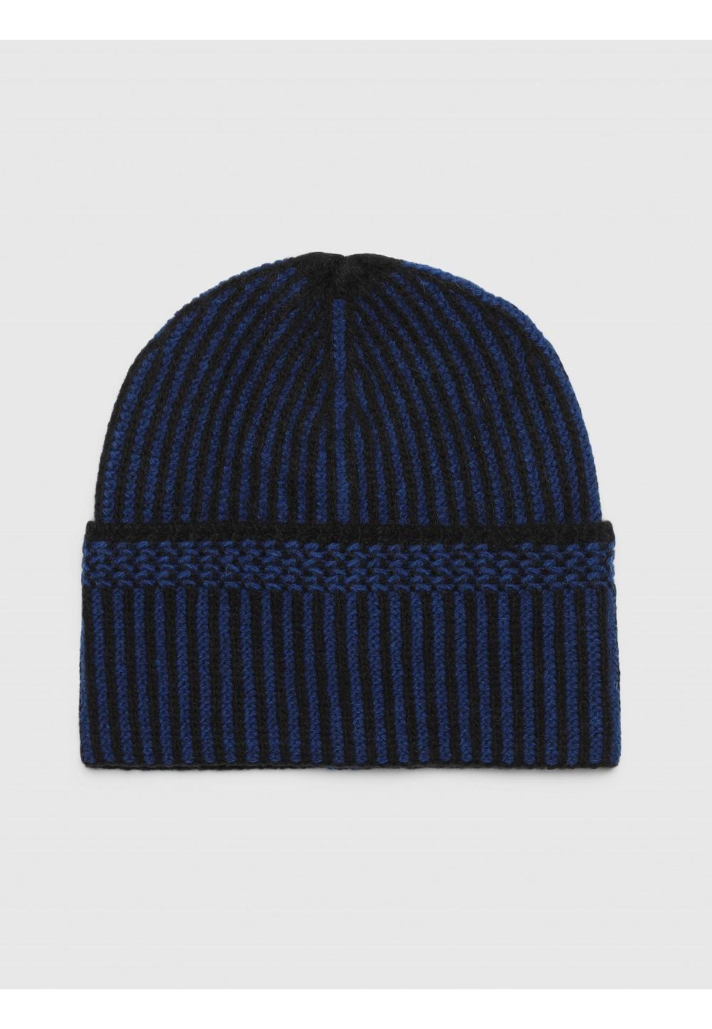 Вязаная шапка с полосатым узором