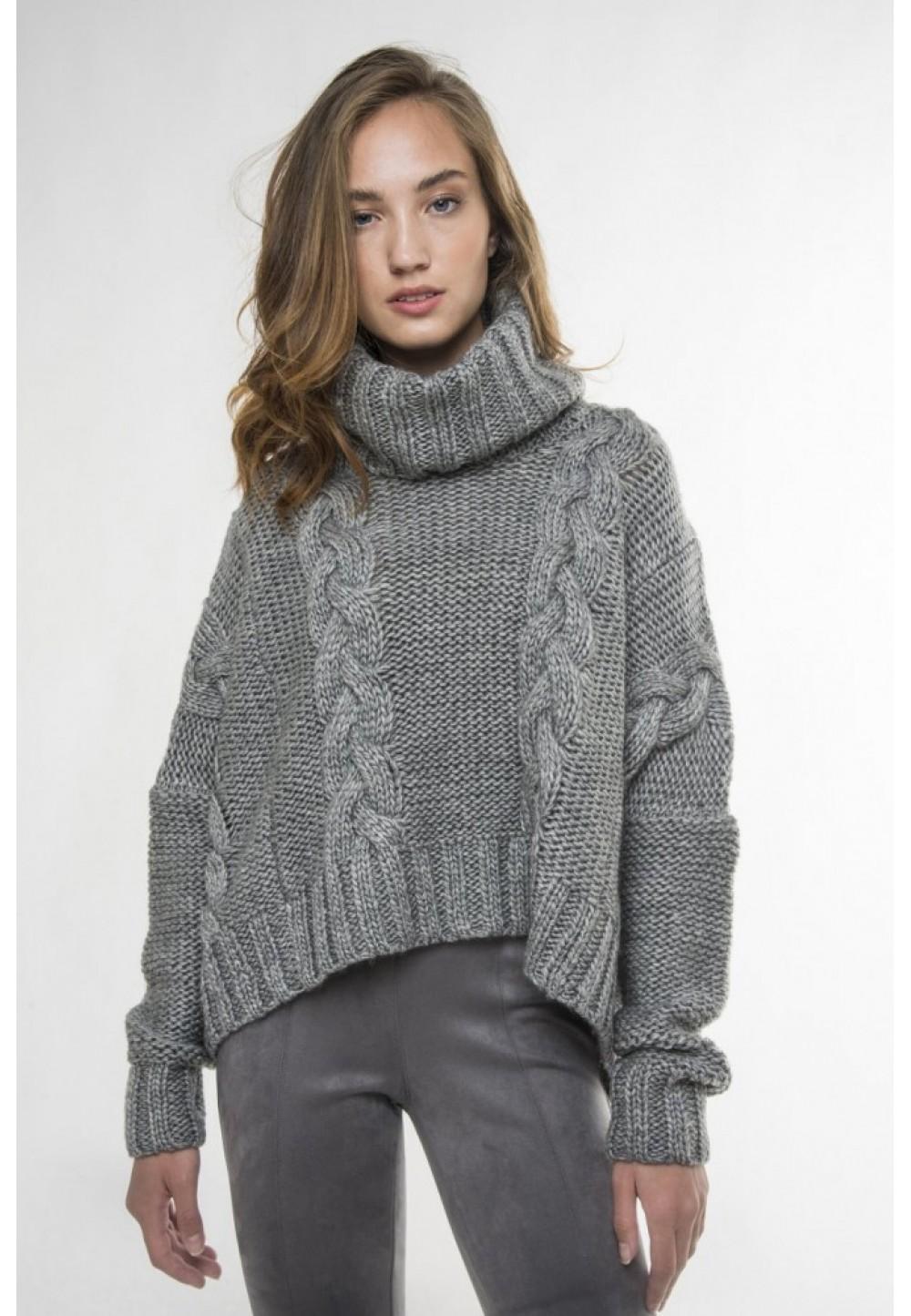Серый пуловер с высоким воротником