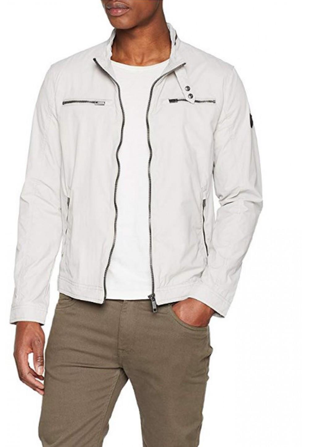 Бежевая куртка с карманами