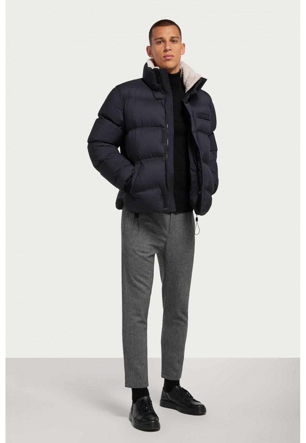 Черная стеганая куртка