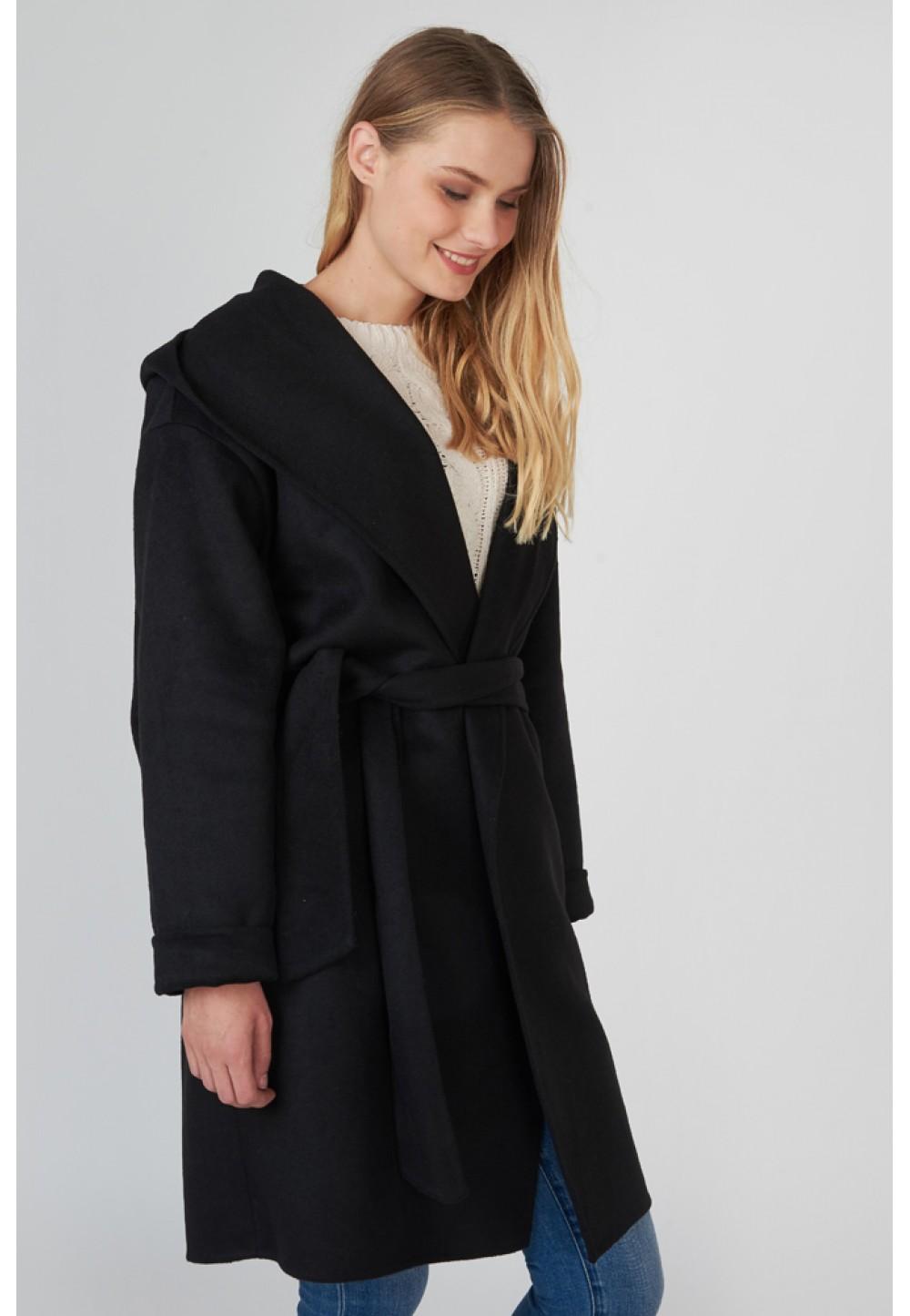 Чорне пальто з широким коміром