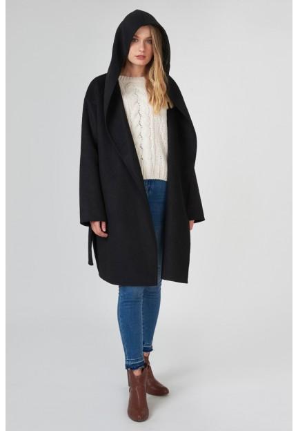 Черное пальто с широким воротником
