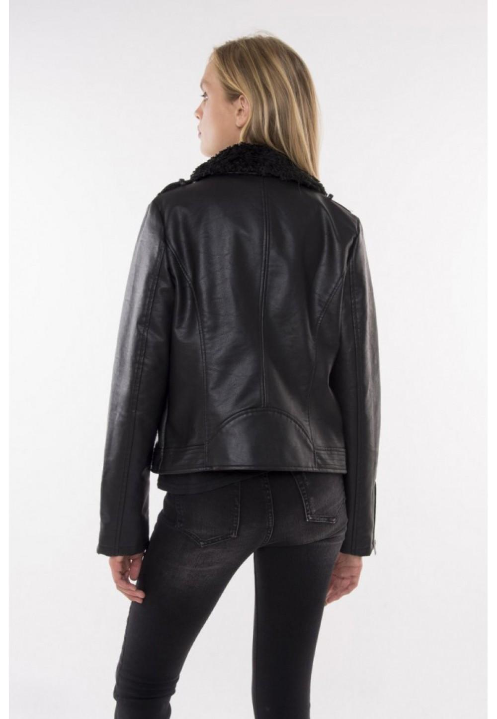 Черная куртка с меховым воротником