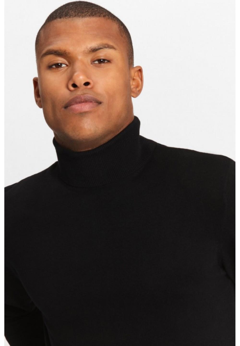 Черный пуловер с высоким воротником