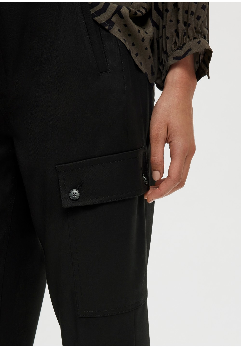 Жіночі брюки-карго з накладними кишенями