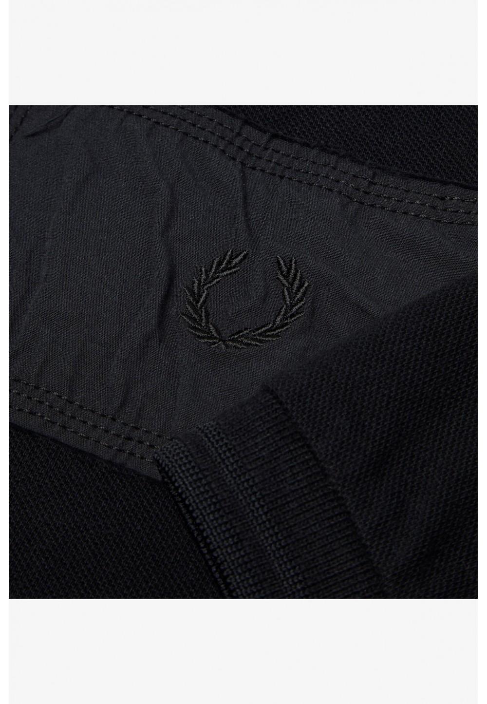 Черная футболка с заплатками