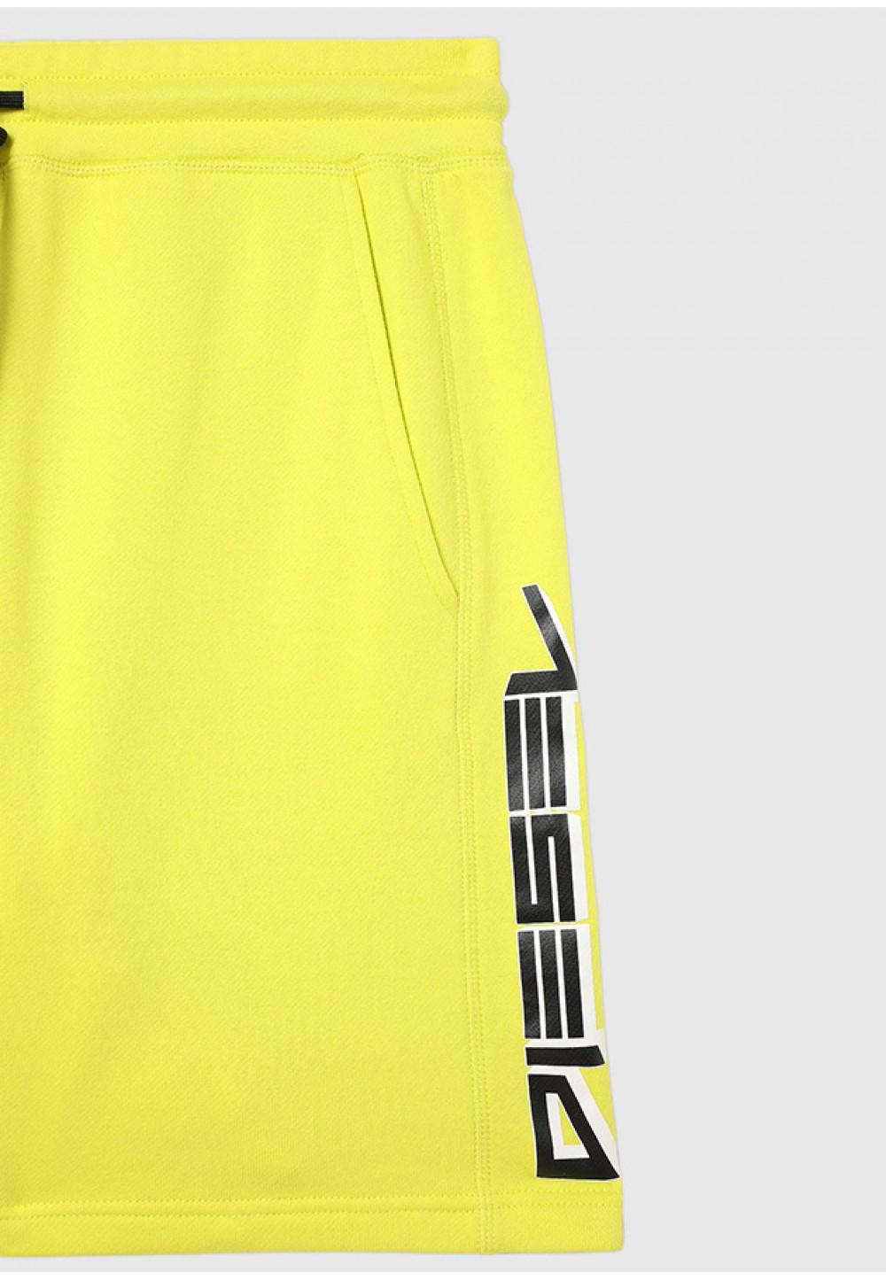 Яркие шорты с логотипом