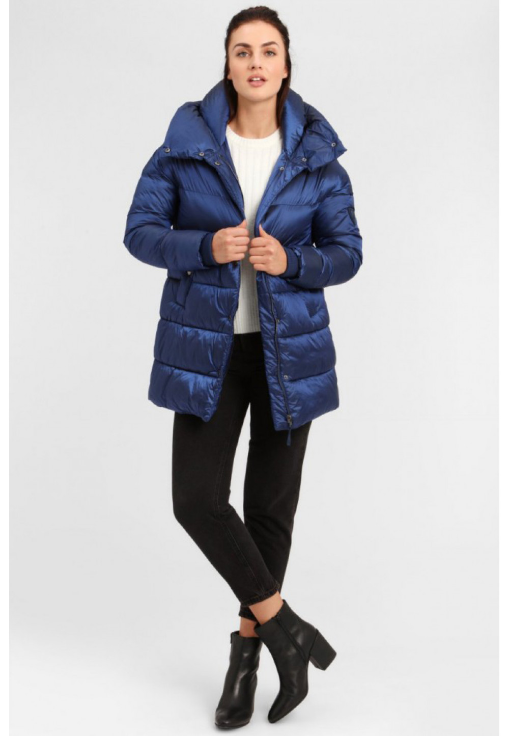 Синяя куртка с капюшоном
