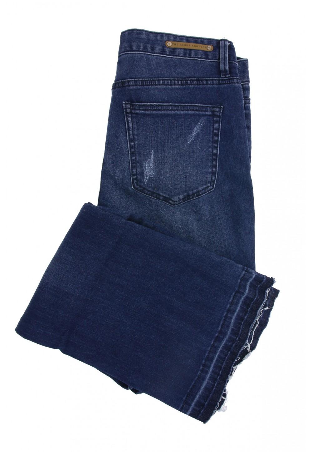 Синие джинсы с необработанными краями