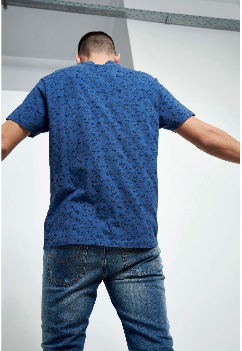 Синяя футболка с накладным карманом