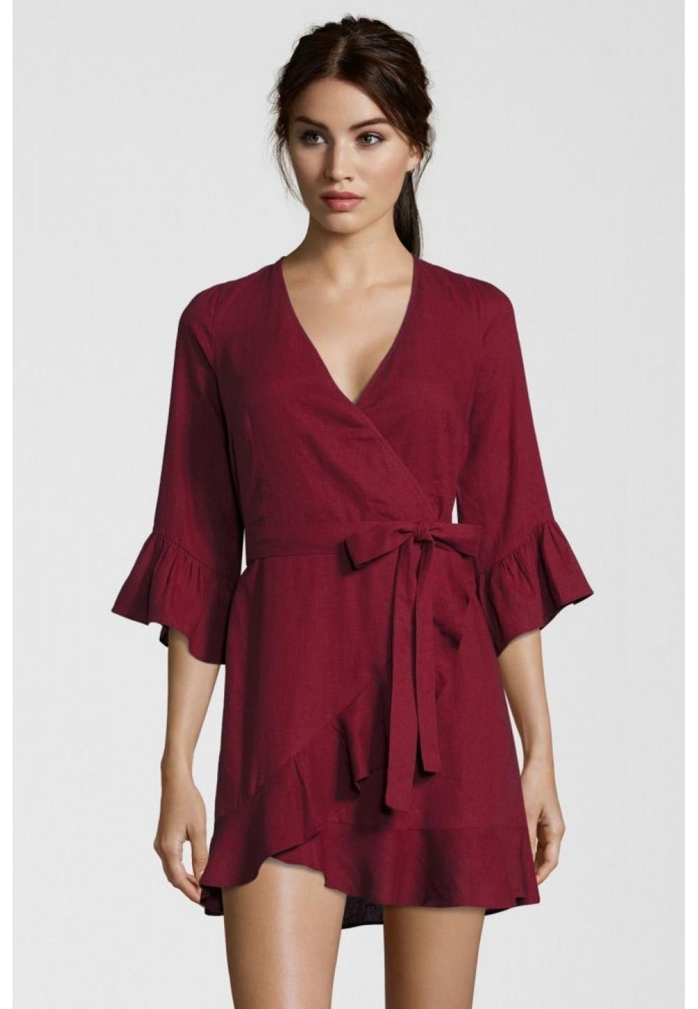 Платье бордовое с глубоким вырезом