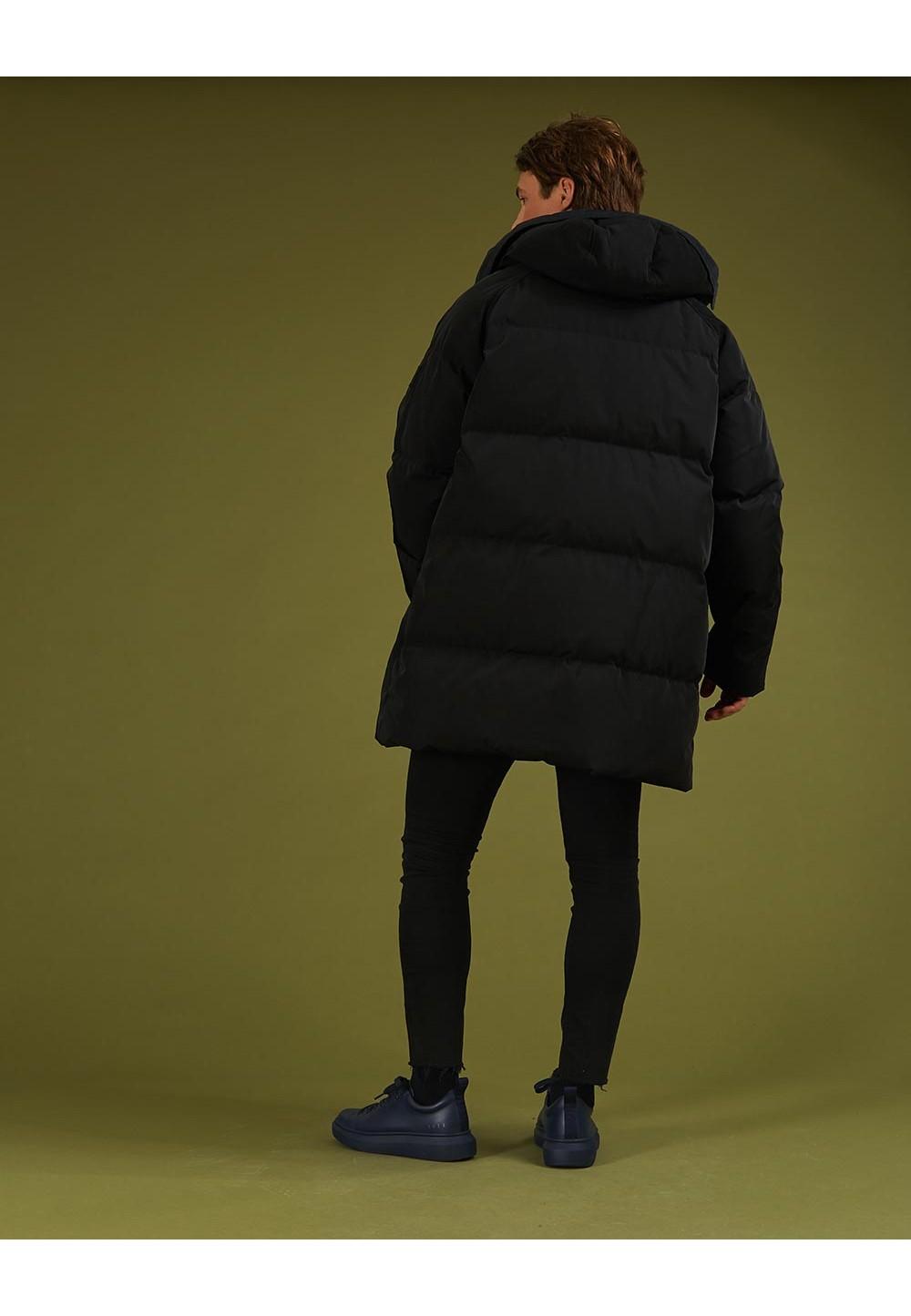 Длинная черная куртка с капюшоном