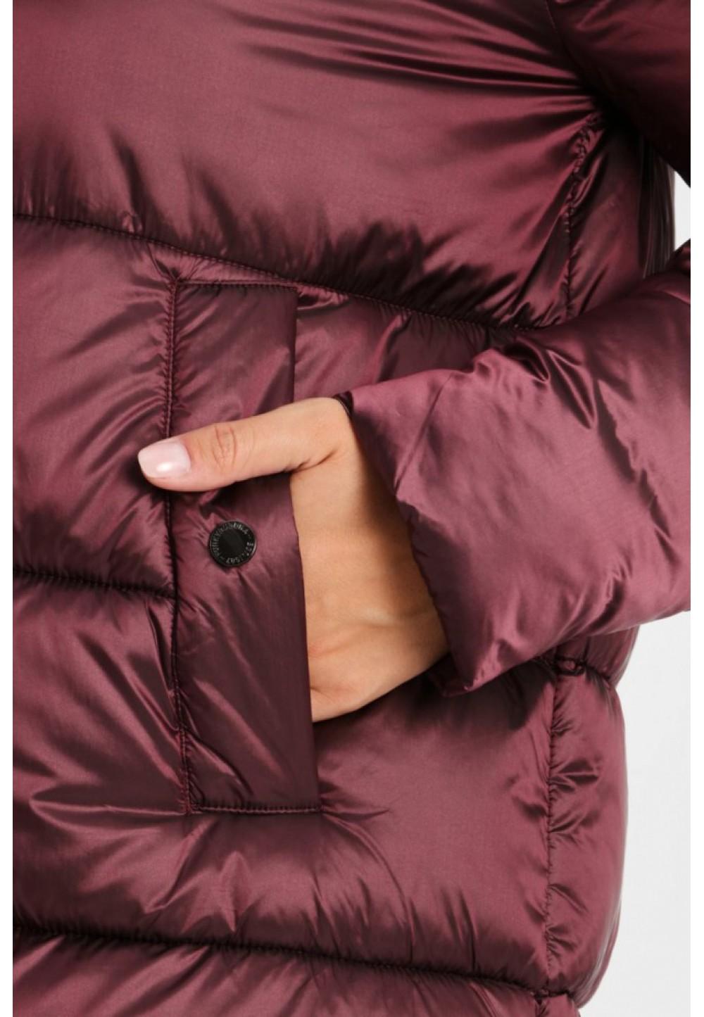 Бордовая куртка с капюшоном
