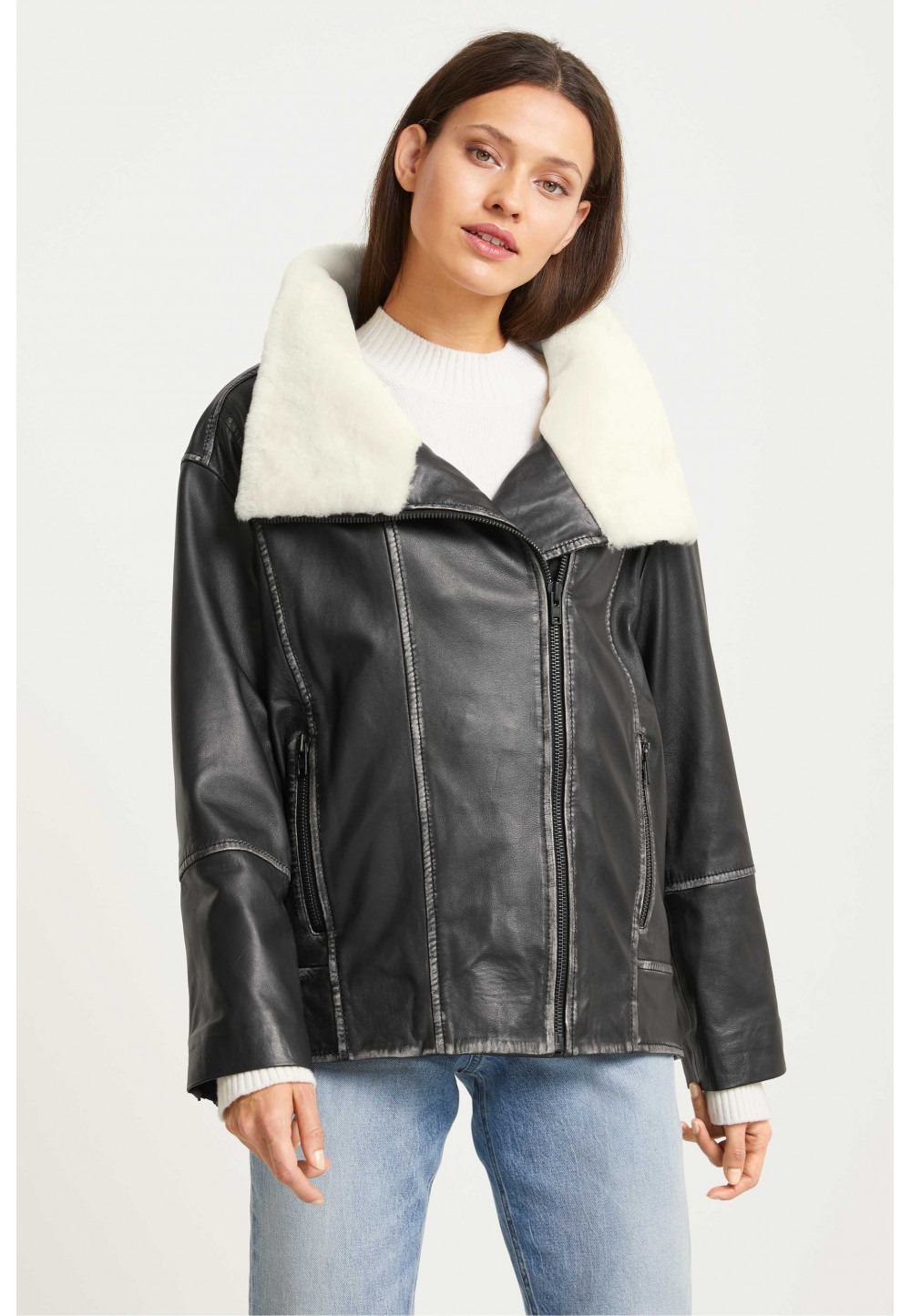 Кожаная черная куртка с мехом
