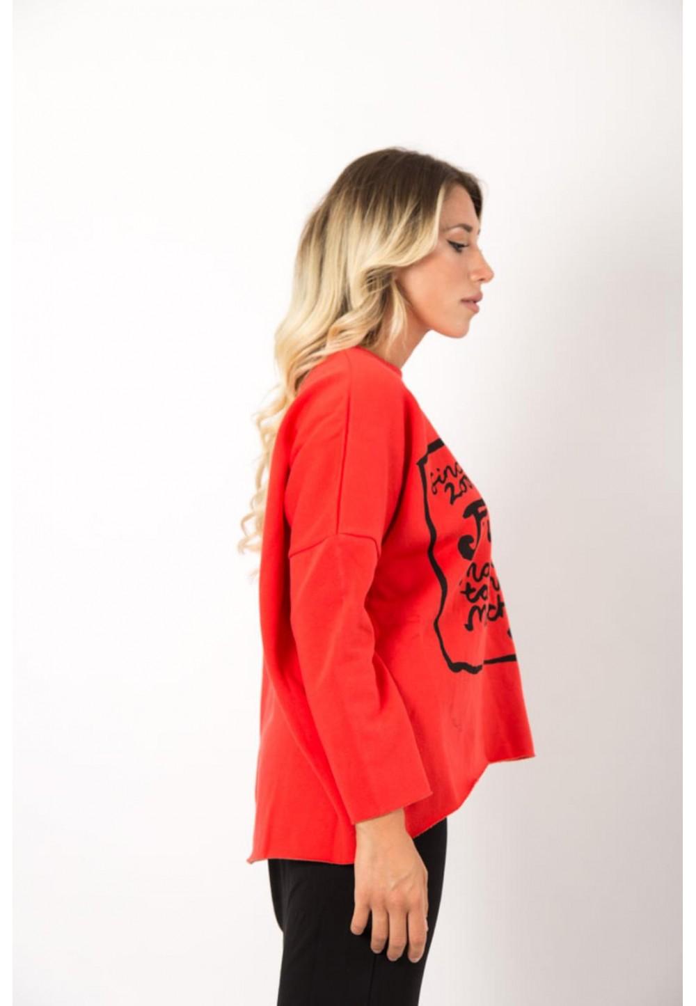 Красный свитер с принтом