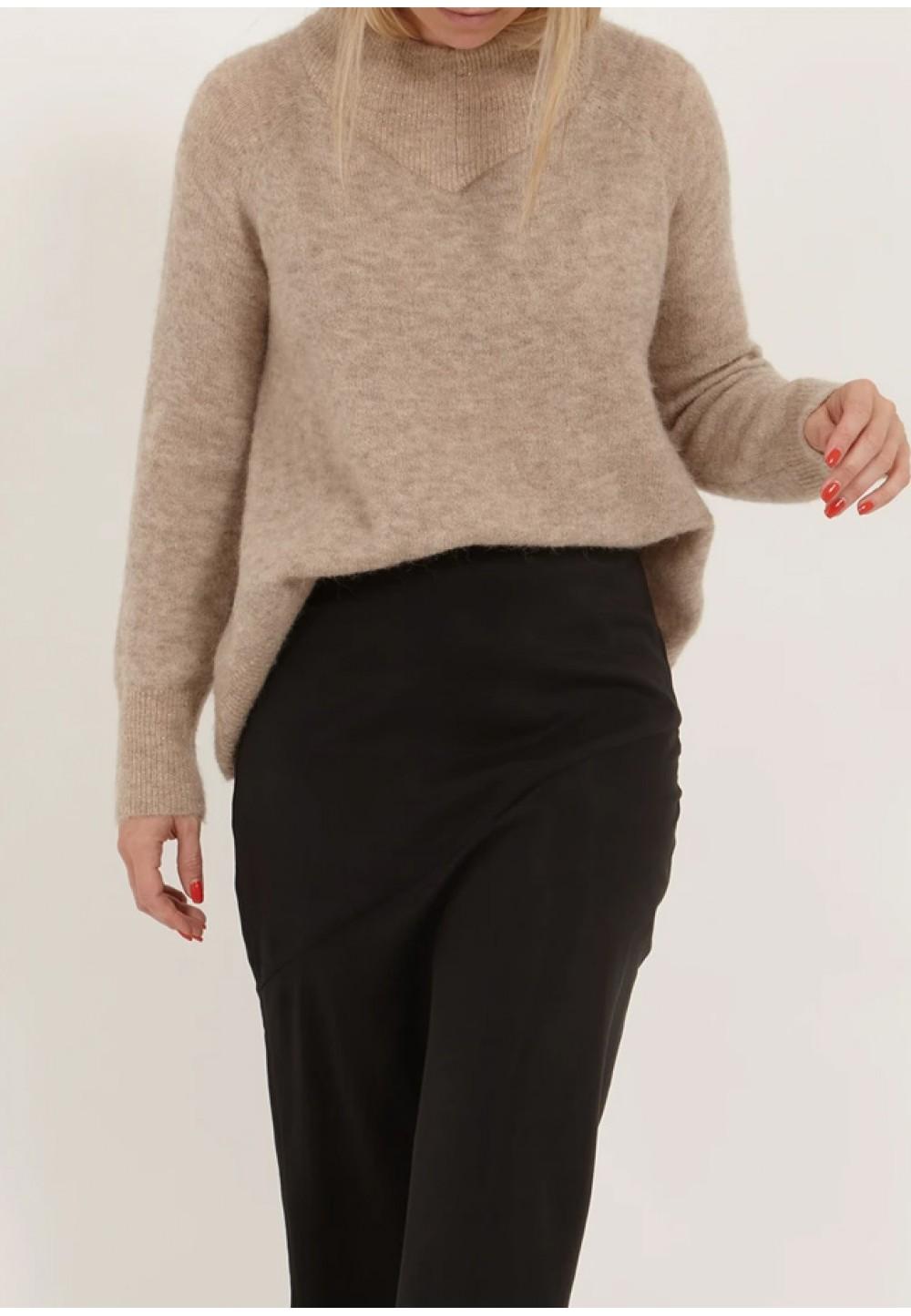 Теплый свитер с высоким воротником