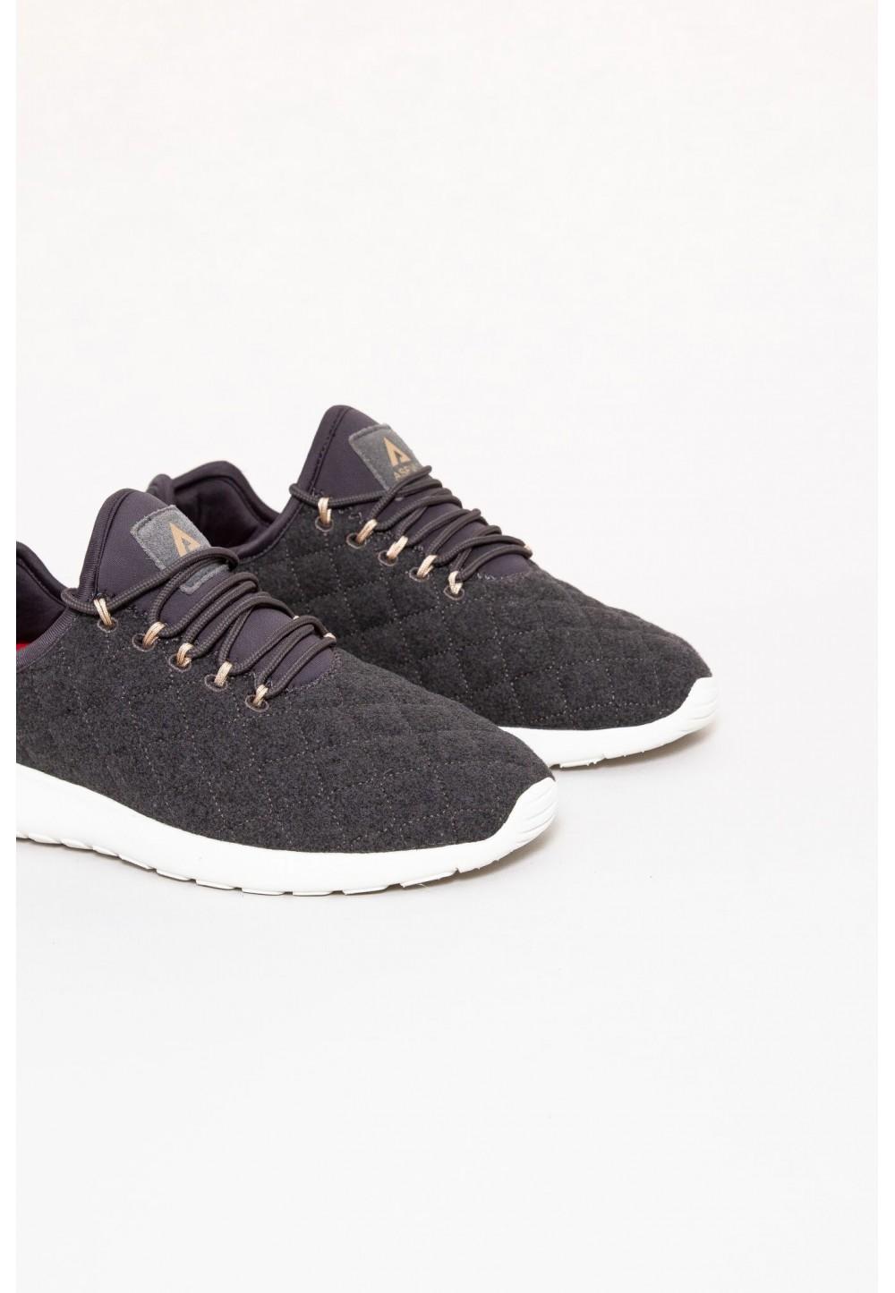 Стеганые серые кроссовки