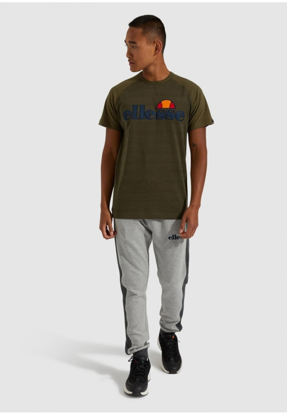 Стильная мужская футболка цвета хаки