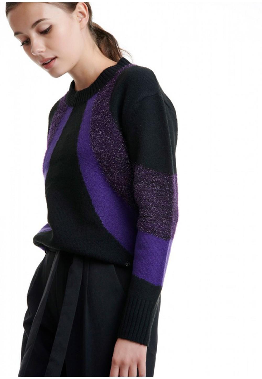 Широкий свитер с рисунком