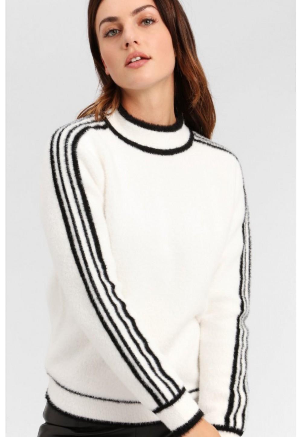 Пуловер с черными полосами