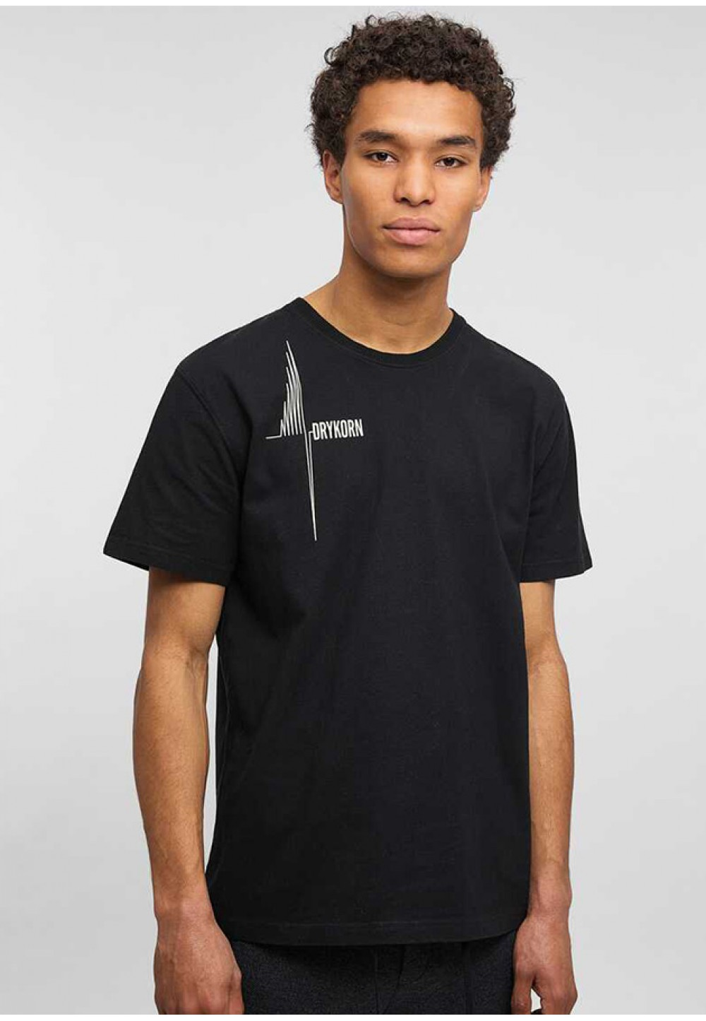 Черная футболка со стильным принтом