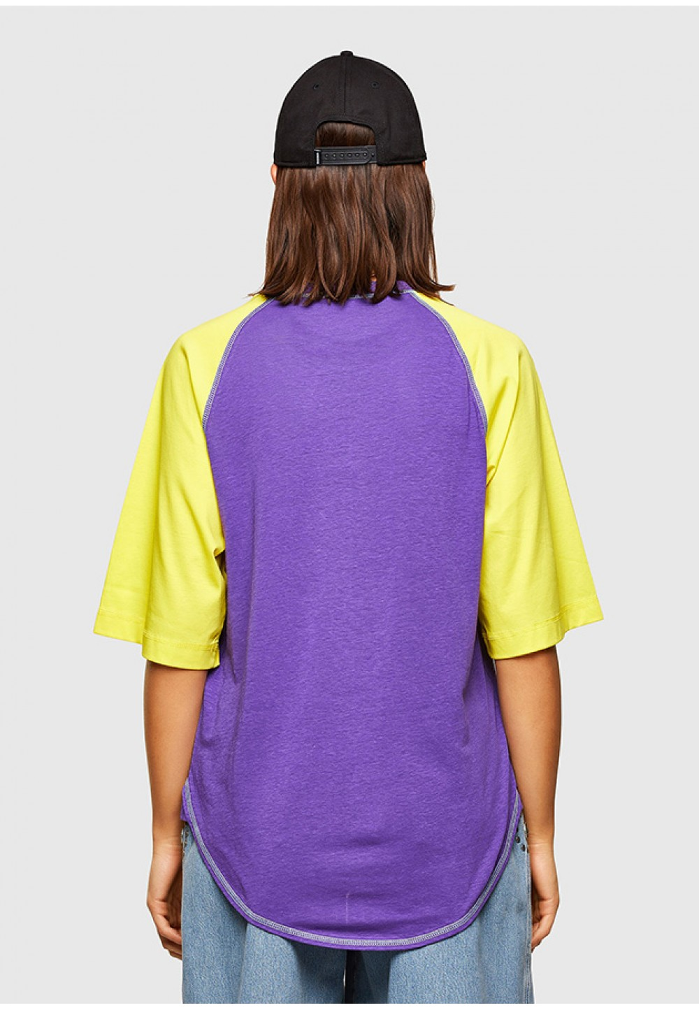 Яскрава футболка з принтом на грудях