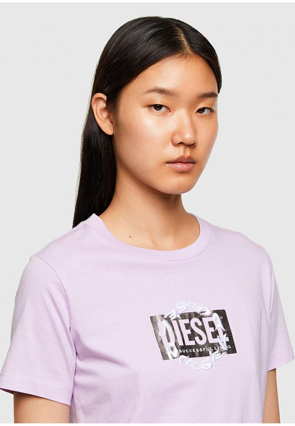 Розовая футболка с принтом на груди