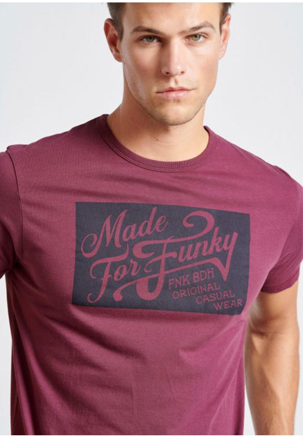 Яркая футболка с принтом на груди