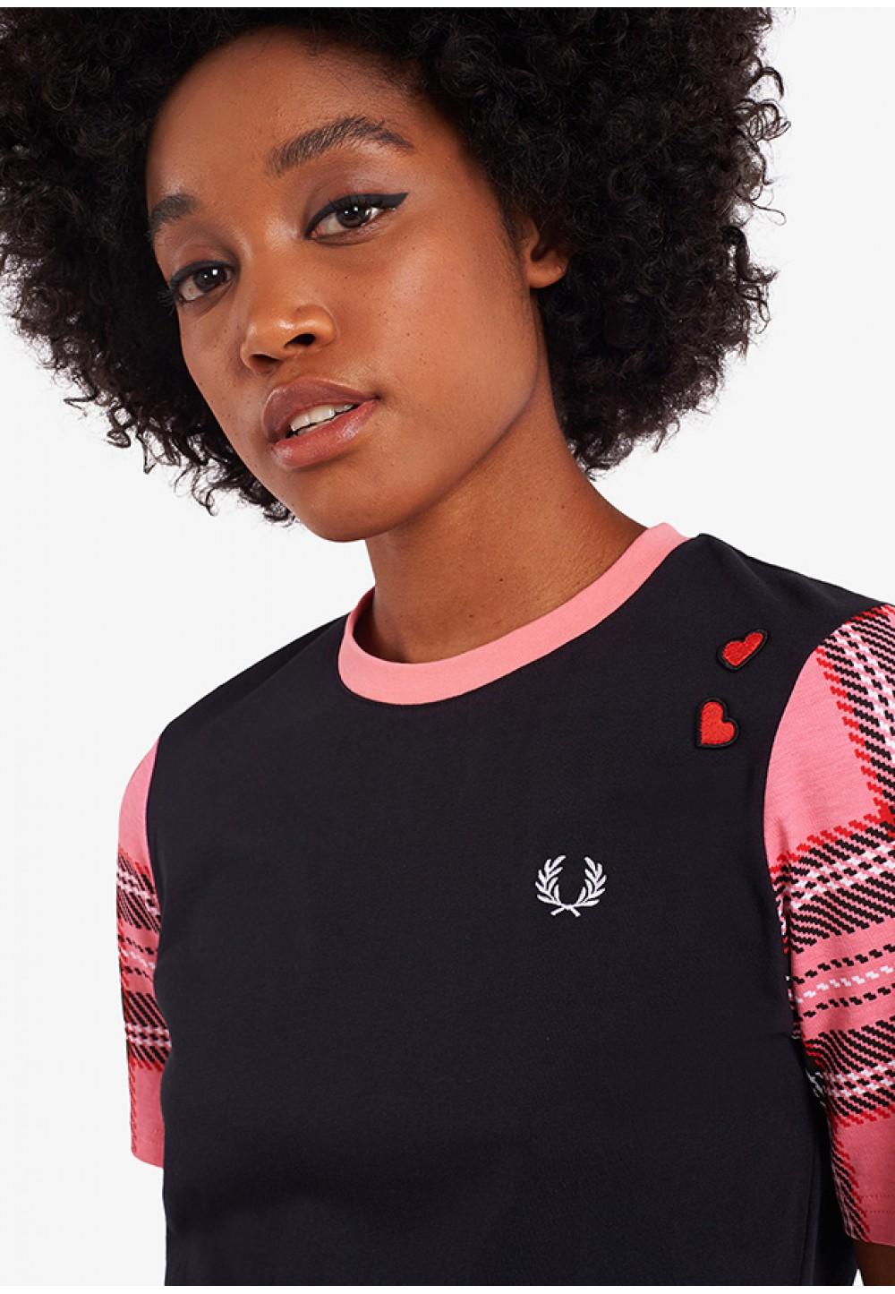 Черная футболка с розовыми рукавами