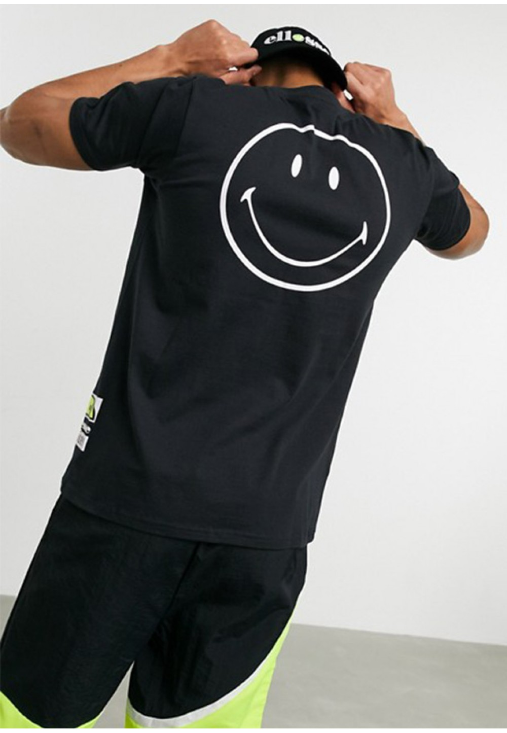 Черная футболка с рисунком