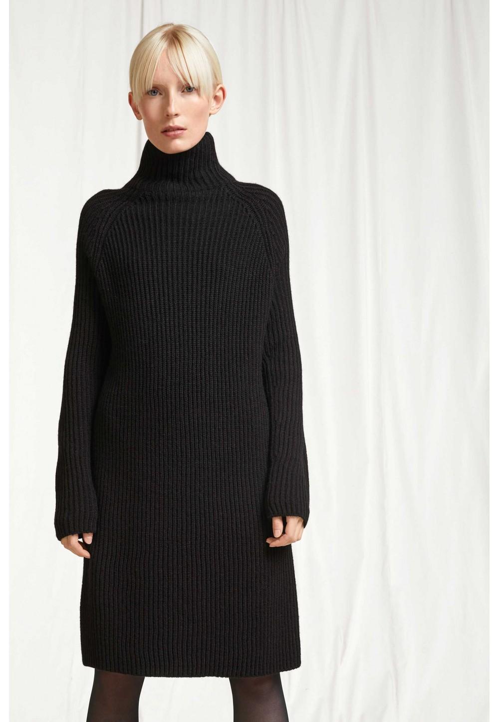 Вязаное черное платье