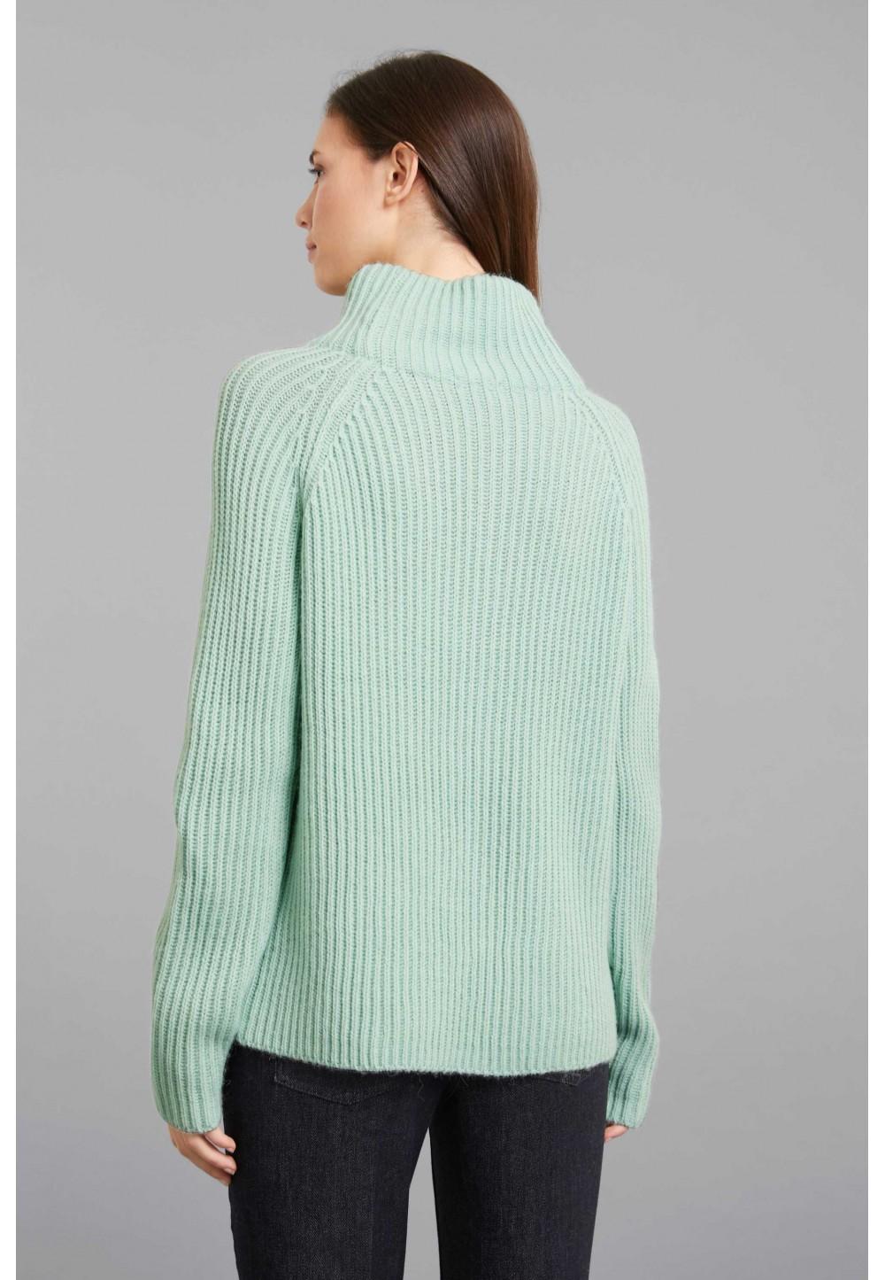 Вязаный свитер с широким воротником