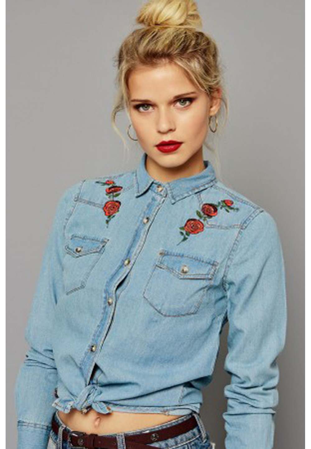 Джинсовая рубашка с розами