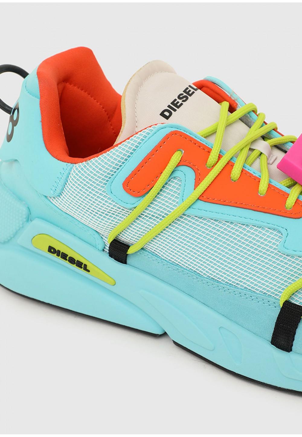 Яркие кроссовки на высокой подошве